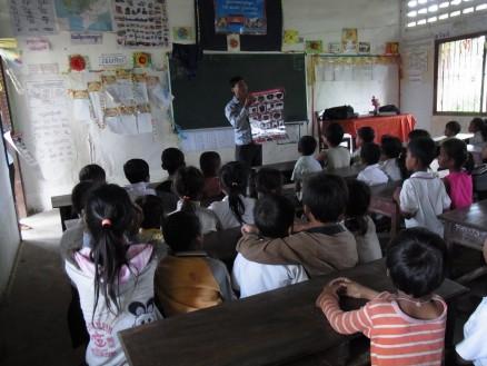 学校に通っていない子を対象としたMRE活動(写真はラタナックモンドル郡トラエン町プチエウ村)