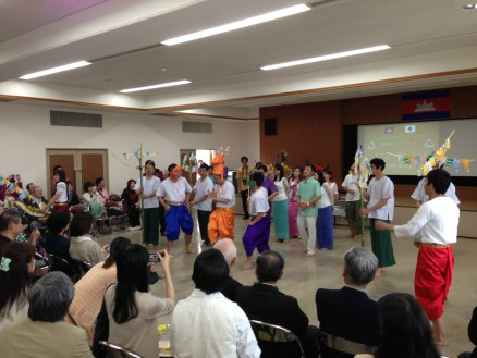 カンボジアの伝統舞踊を留学生が披露