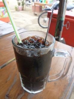 氷たっぷり、砂糖たっぷりのアイスコーヒー