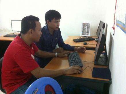 ヒン・ヴィチャット(右側)。ダイロク社員(左側)に画像切抜きの方法を教わっています。