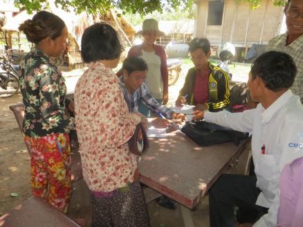 集まってくれた村人たちが次々とお金をもってきてくれました。