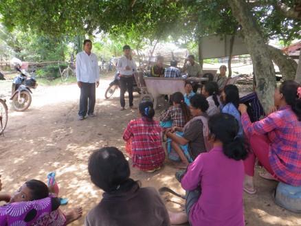 村長宅にて説明会。ボップイ小校長から集まってくれた村人に協力をお願いしています