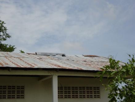 トタン屋根。部分的にめくれあがっています。