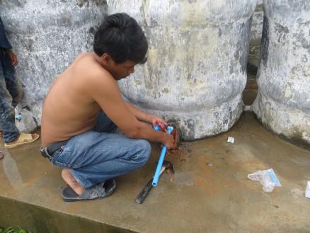 画像④ 水タンクの蛇口を付け替えます。