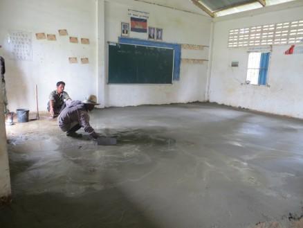 画像③ ボコボコだった床をセメントできれいに塗り直しています。