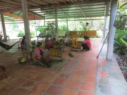 画像⑦ 伝統織物研究所の工房を見学しました。