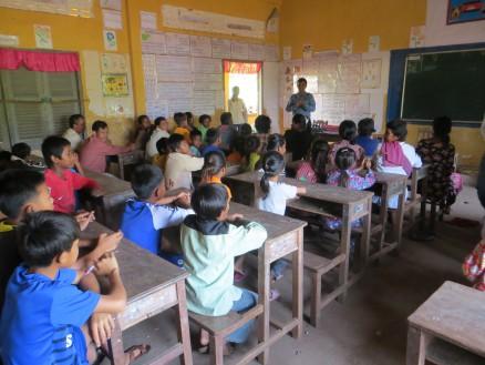 画像④ 長期休業中の小学校の教室に村人を集めMREを実施。