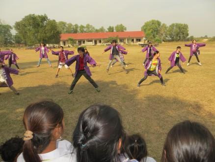 画像⑤ 最後はツアー参加の高校生,大学生がコーントライ中生徒へ歌と踊りを披露しました。写真は「ソーラン節」を踊っている様子。
