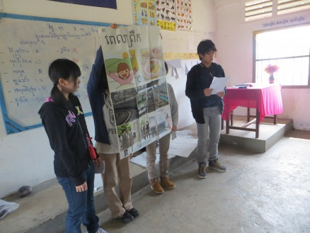 画像① 高校生たちが「日本の高校生の1日」をコーントライ中の生徒たちに紹介しています。