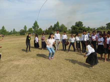 画像④ 昼食後は生徒たちと縄跳びやサッカー,バレーボールなどをして遊びました。